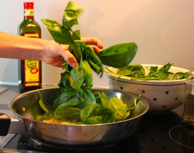 Frischer Spinat ist einfach klasse. Gleich fällt er ganz schnell in sich zusammen;)